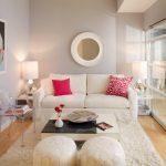 ghế sofa nhỏ màu kem cho trong trang trí phòng khách màu trắng