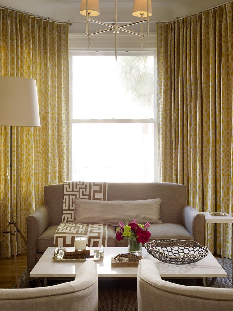 ghế sofa nhỏ màu kem kết hợp màu vàng tranh của rèm