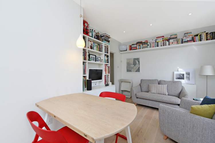 ghế sofa nhỏ màu xám trong phòng khách scandinavia