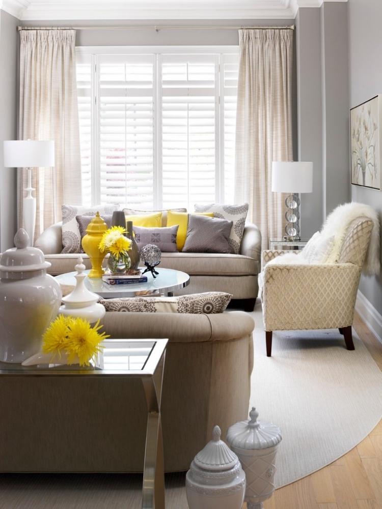màu vàng nổi bật trong phòng khách nhỏ màu xám