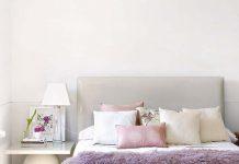 Chăn lông màu tím tạo điểm nhấn cho phòng ngủ