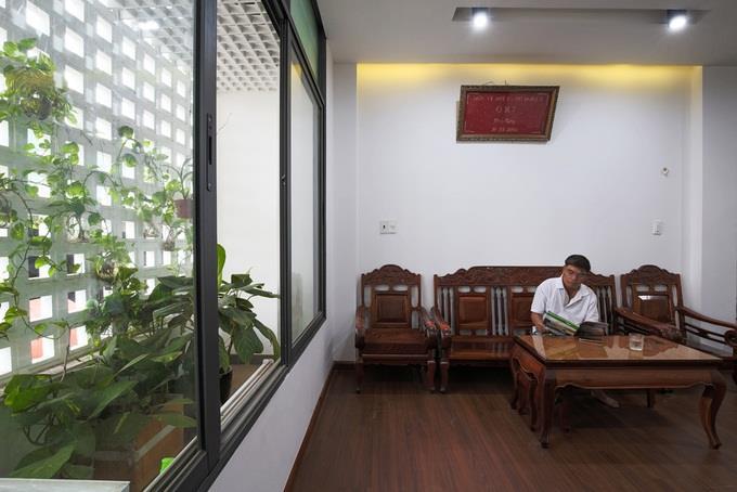 Phòng khách tầng 2 mẫu nhà ống 4 tầng