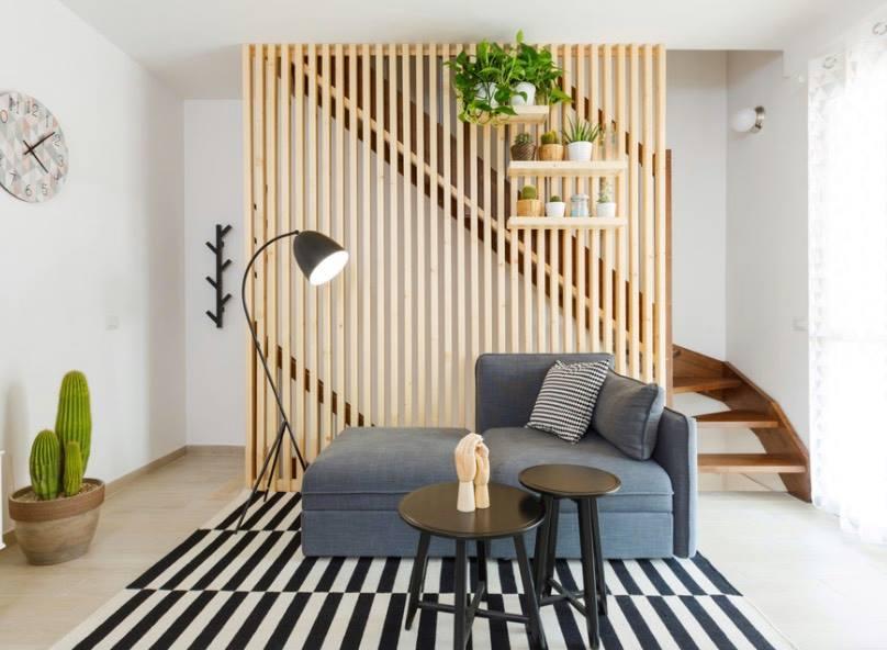 Vách ngăn phòng giữa cầu thang và phòng khách