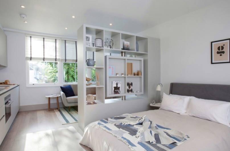 Mẫu vách ngăn phòng khách và phòng ngủ bằng tủ sách